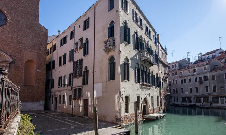 residence ca foscolo palais side left